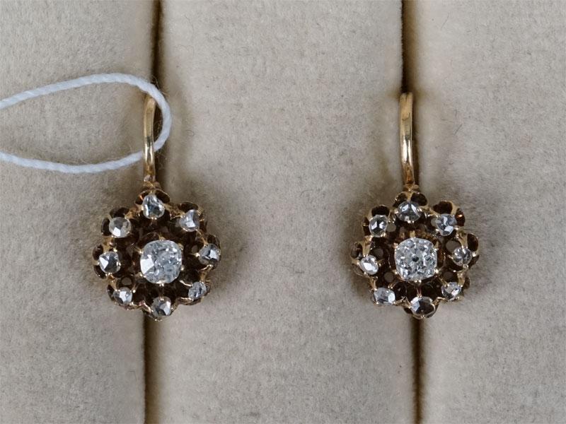 Серьги «Малинка», золото 56пробы, общий вес— 2,70г. Вставки: бриллианты (2бр «Старой» огр. — 0,20ct 4/6; 1бр Кр57— 0,005ct 4/4; 15бр «Роза»)