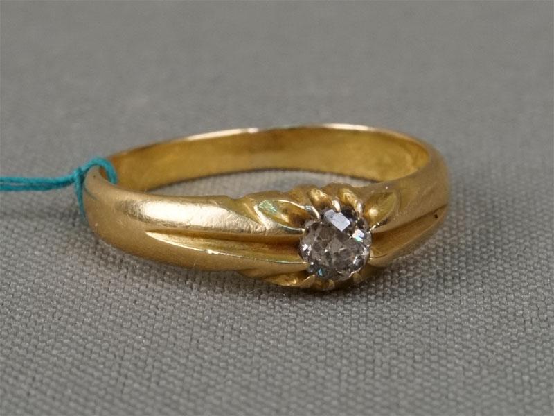Кольцо, золото пореактиву, общий вес— 4,99г. Вставки: 1бриллиант («Старой» огр. — 0,28ct 5/6), размер кольца 18,25.