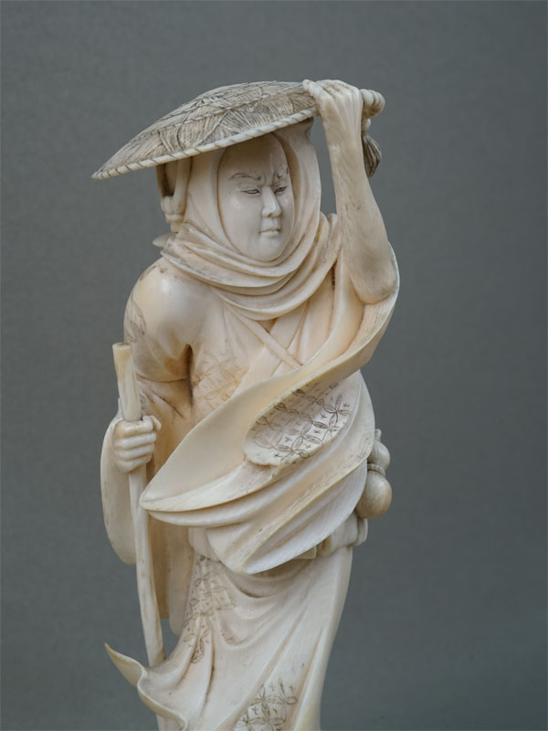 Окимоно «Путешественник борется светром», кость, резьба. Япония, конец XIXвека, высота— 18см