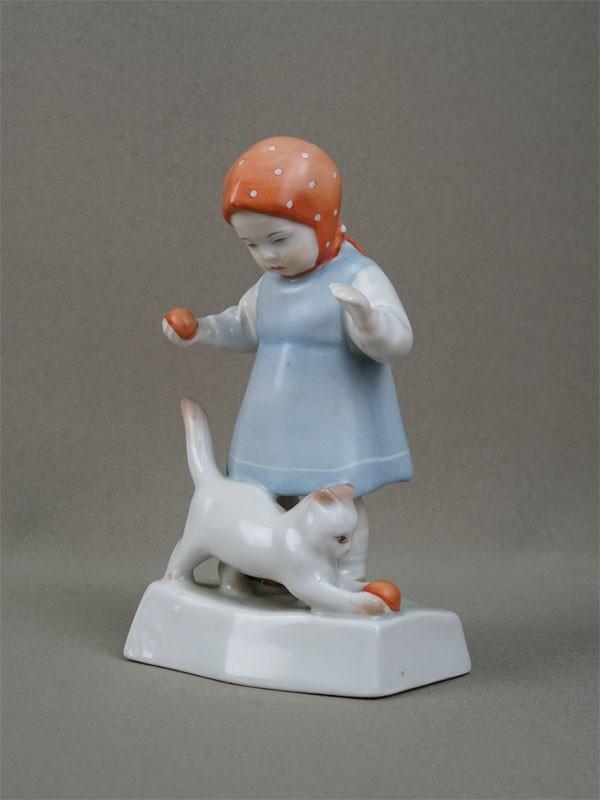 «Девочка скошкой имячиком», фарфор, роспись. Венгрия, середина XXвека, высота— 14,5см