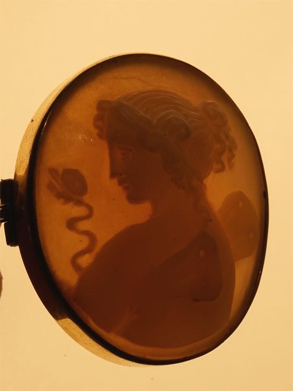 Брошь «Психея», 1840-е годы, золото по реактиву, камея на раковине, общий вес 6,31г., 3,2 × 2,8см