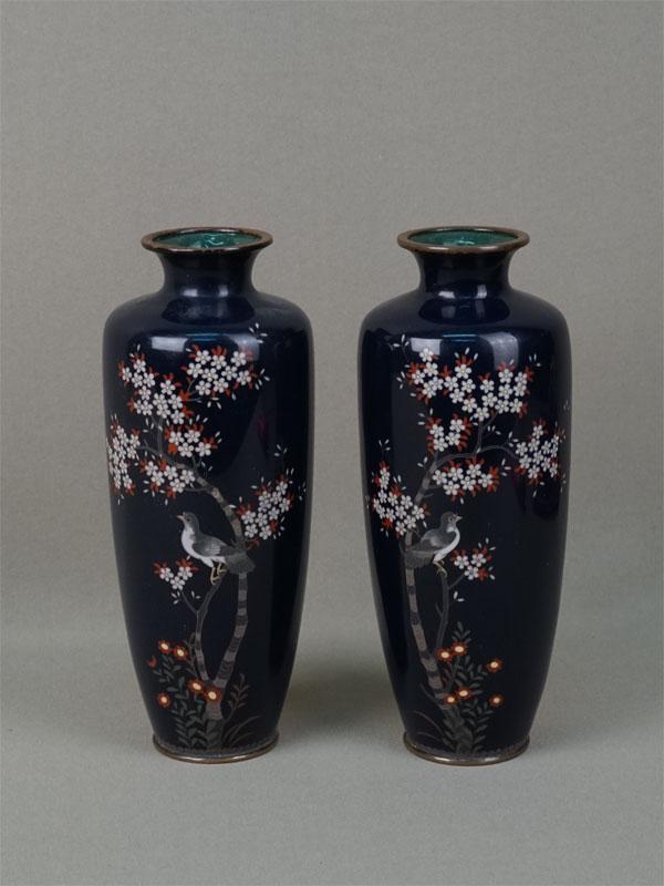 Пара ваз «Цветы иптицы насинем фоне», металл, эмаль клуазонне. Япония, конец XIXвека, высота— 19см