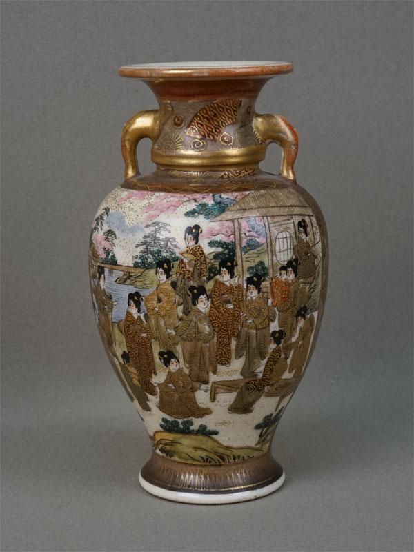 Ваза «Гейши исамураи», фаянс, роспись. Япония, Сацума, XIXвек, высота— 16см