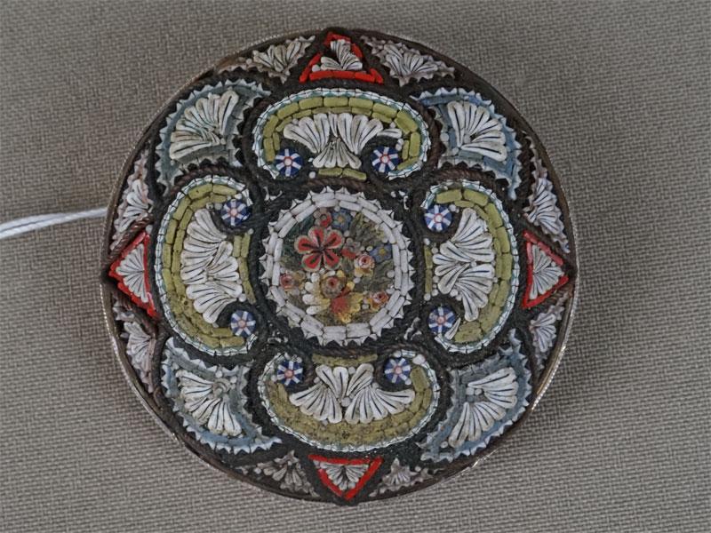 Брошь, серебро пореактиву, мозаика изсмальты, общий вес— 64,37г., диаметр— 5,5см