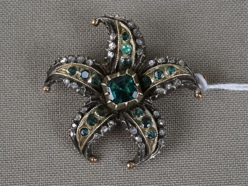 Брошь «Морская звезда», золото пореактиву, общий вес— 13,30г., диаметр— 3см. Вставки: 35бриллиантов «Роза», бериллы