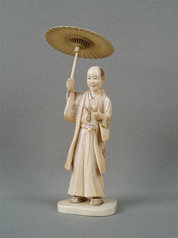 Окимоно «Мужчина подзонтиком», кость, резьба. Япония, конец XIXвека, высота— 17,5см