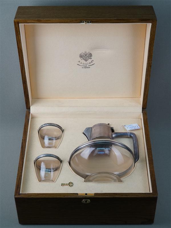 Набор для вина вдеревянном футляре (графин и два стакана), серебро 84пробы, стекло. Москва, клеймо «Болин», 1890год