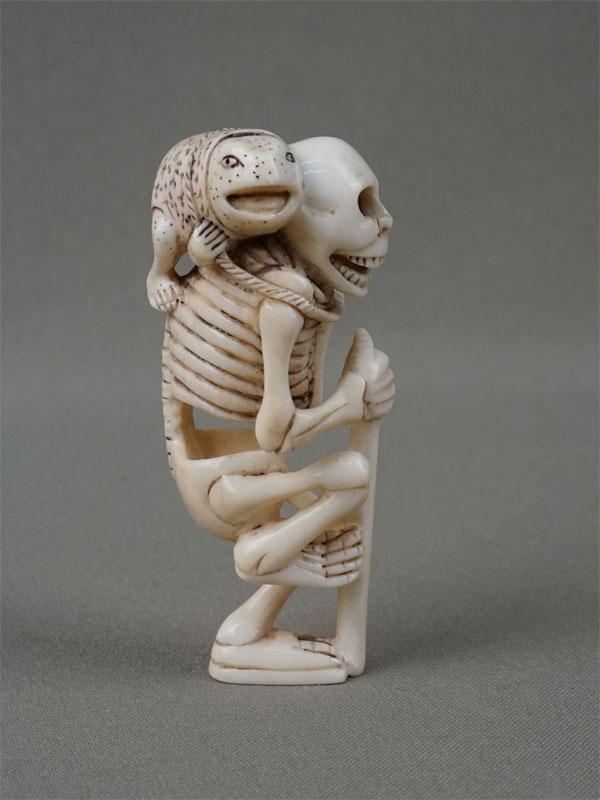 Нэцкэ «Скелет сжабой», кость, резьба. Япония, начало XXвека, высота— 8см