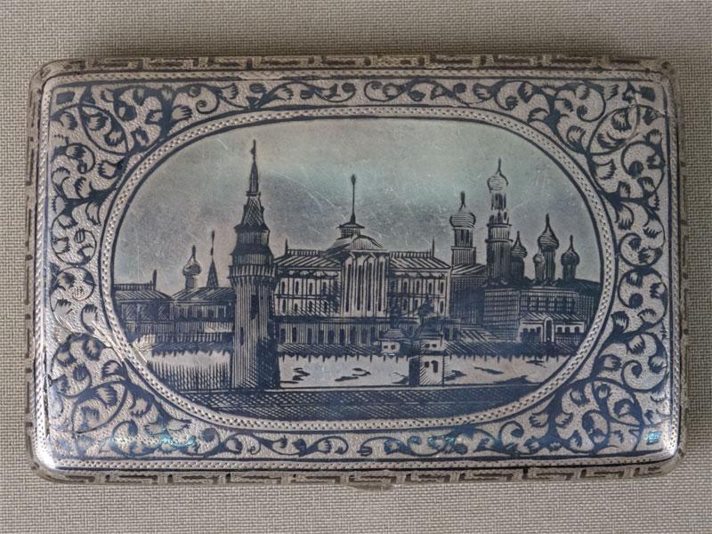 Портсигар «Москва. Кремль», серебро 84пробы, чернь, общий вес— 93,9г., 9,7×6,5см (утраты)