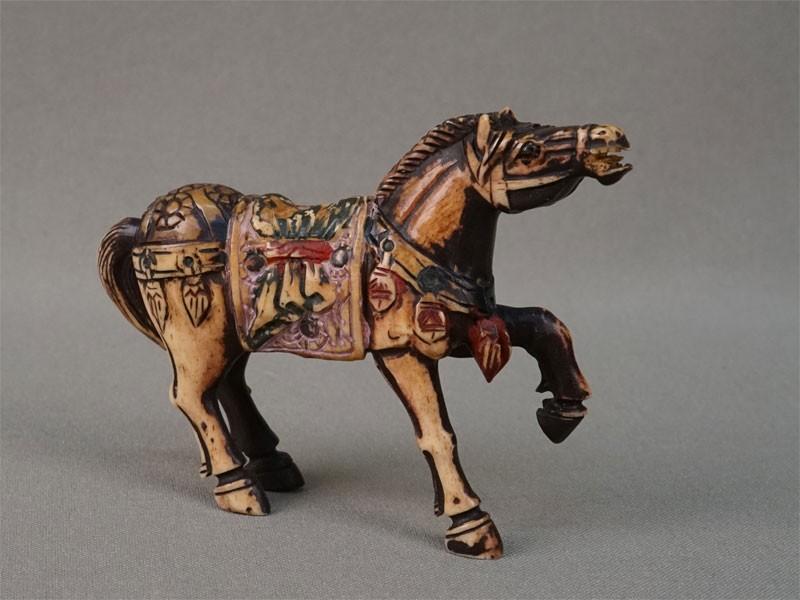 «Лошадь», кость, резьба, роспись. Китай, начало XXвека, длина— 8,5см