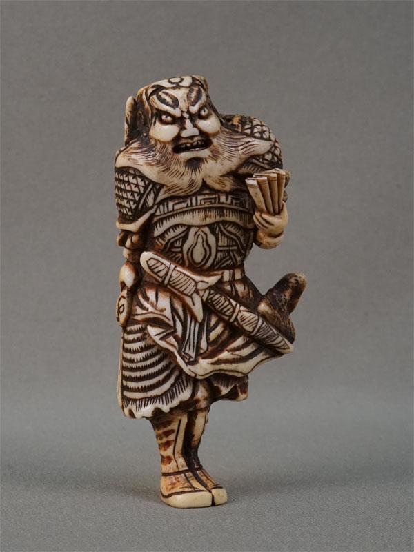 Окимоно «Самурай свеером», рог, резьба. Япония, конец XIX — начало XXвека, высота— 9,5см