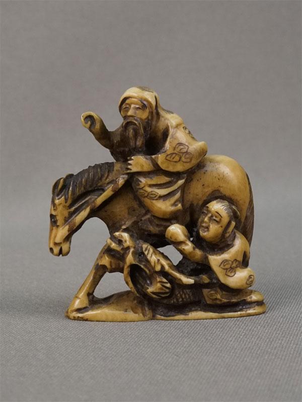 Нэцкэ «Старик налошади имальчик надраконе», кость, резьба. Япония, начало XXвека, высота— 5см