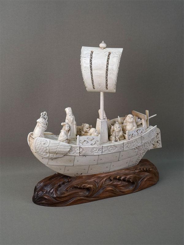 Окимоно «Такарабунэ — корабль сокровищ ссемью богами счастья», кость, дерево, резьба. Япония, конец XIX — начало XXвека, высота— 32см