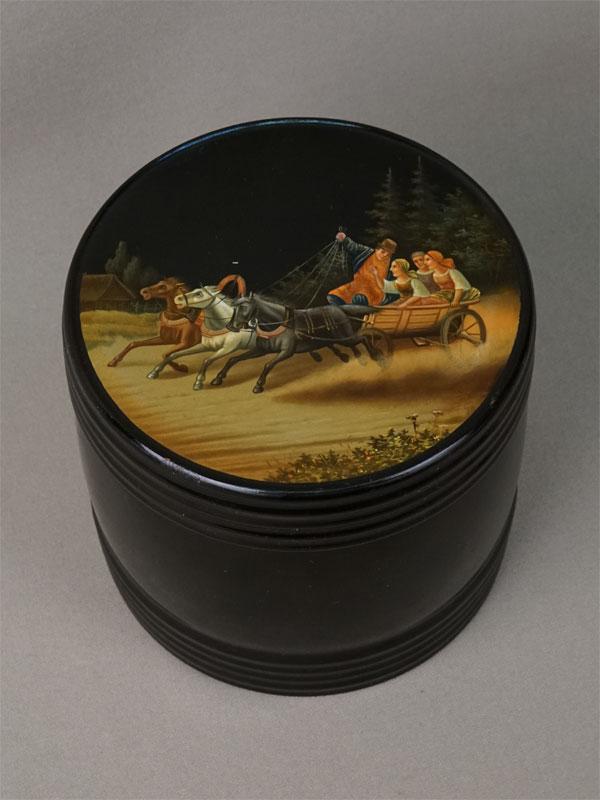 Чайница «Тройка», папье-маше, лаковая роспись. Вешняков, начало XXвека, диаметр— 12,3см, высота— 11,5см