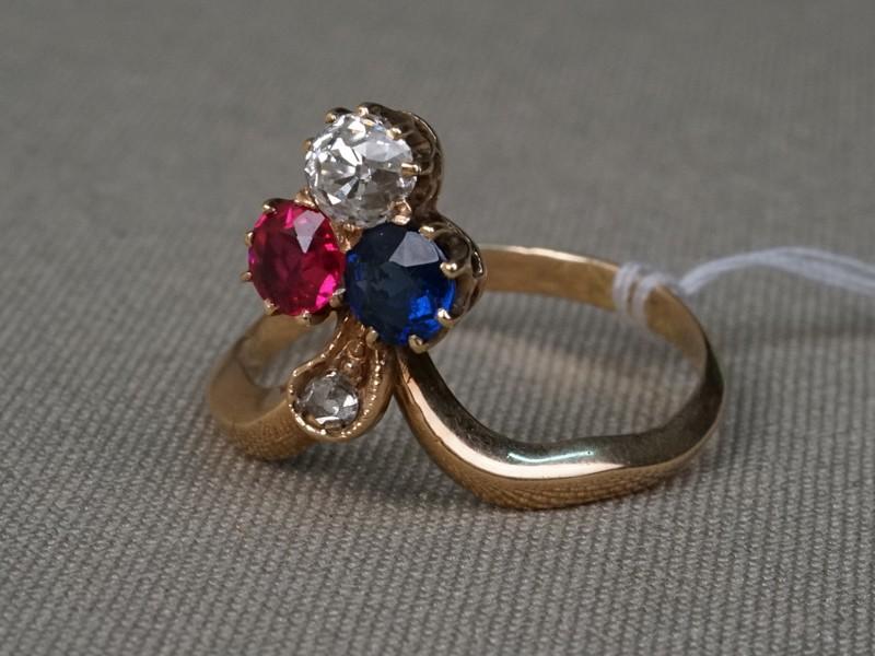 Кольцо «Трилистник», золото пореактиву, общий вес— 3,49г. Вставки: бриллианты (1бр «Старой» огр. — 0,53ct 7/8; 1бр «Роза»); 1рубин выращенный, синее стекло. Размер кольца 19.