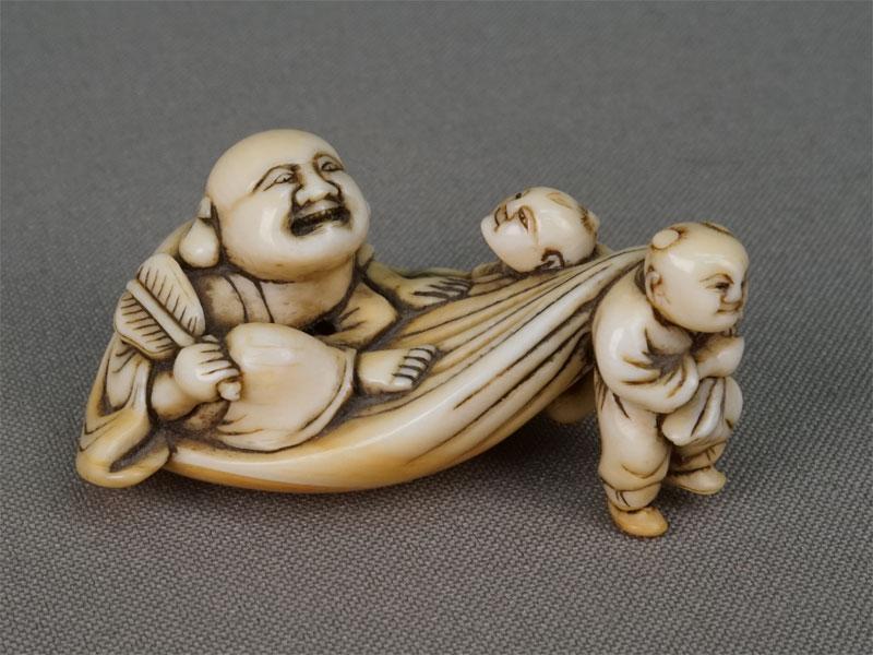 Нэцкэ «Хотей идва карако», кость, резьба. Япония, конец XIXвека, длина— 5,5см