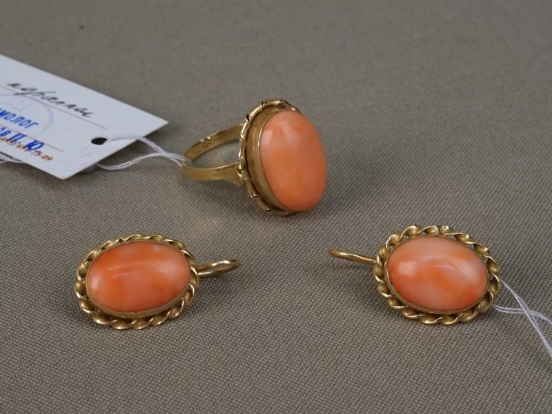 Комплект: кольцо (размер 17,5) исерьги, золото 750пробы, кораллы, общий вес— 10,78г.