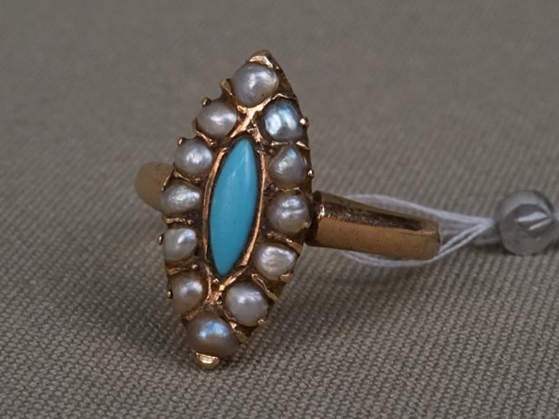 Кольцо, золото 56пробы, общий вес— 3,05г. Вставки: голубая смальта (имитация бирюзы); природный жемчуг, 1стеклярус (имитация жемчуга). Размер кольца 17
