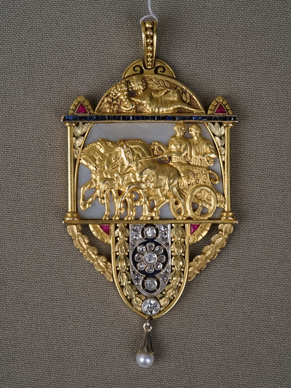 Подвеска «Колесница», золото пореактиву, общий вес— 34,23г. Вставки: бриллианты (4бр «Старой» огр. — 0,29ct 4/5-6; 20бр «Роза»); жемчуг культивированный, перламутр, выращенные рубины исапфиры, высота— 8см