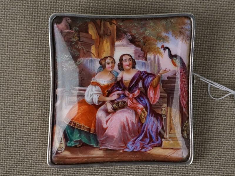 Брошь «Две дамы», серебро пореактиву, эмаль, живопись, общий вес— 10,9г., 3,7×3,7см