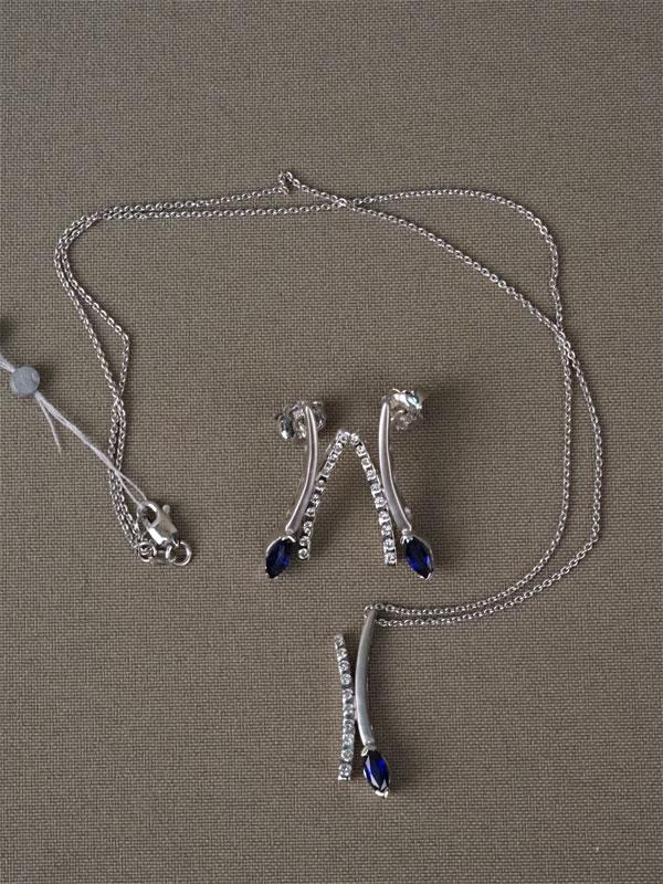 Комплект: подвеска сцепью исерьги, золото пореактиву, вставки: бриллианты (30бр кр570,384-5/4-5), 3сапфира «маркиз» 0,932/2; общий вес— 10,49г.
