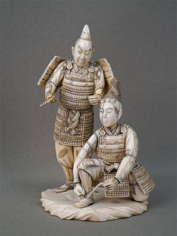 Окимоно «Два самурая», кость, резьба. Япония, конец XIX — начало XXвека, высота— 15,5см