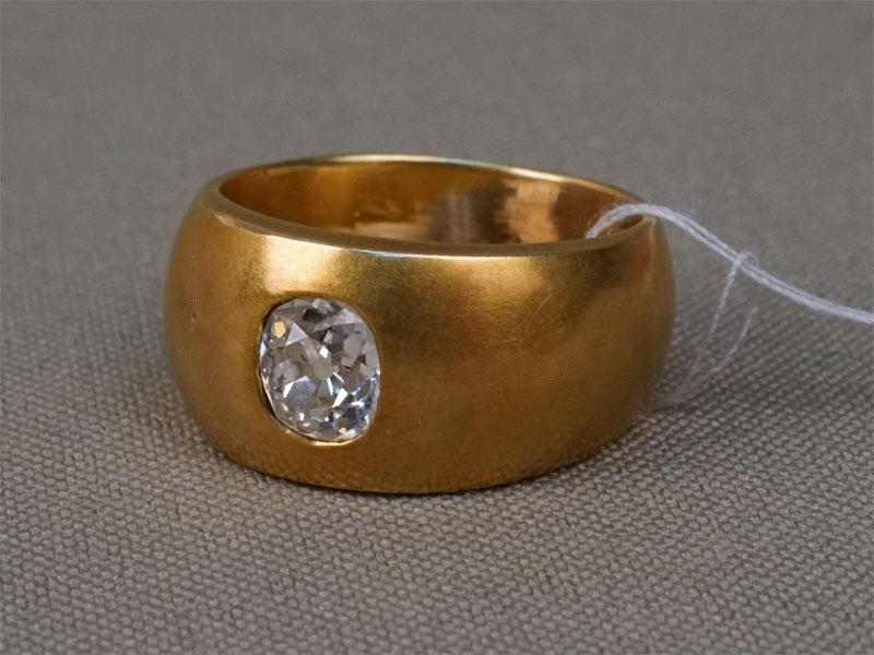 Кольцо обручальное, золото 56пробы, общий вес— 12,94г. Вставки: 1бриллиант («Старой» огр. — 0,95ct 7/7). Размер кольца 17.