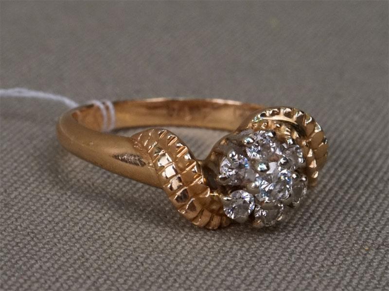 Кольцо, золото 583пробы, общий вес— 3,85г. Вставки:  бриллианты (1бр Кр57— 0,13ct 4/6; 6бр Кр57— 0,27ct 4/4-5). Размер 18.