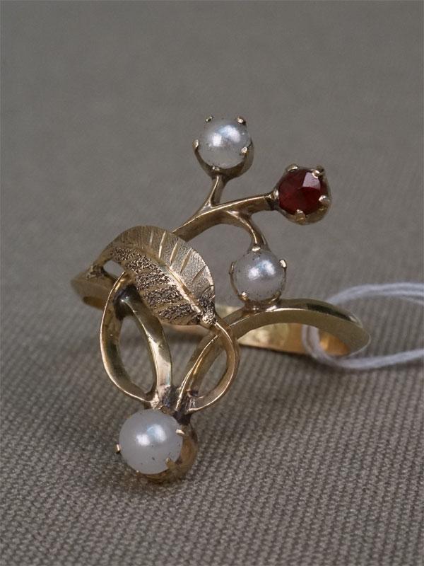 Кольцо, золото 56пробы, общий вес— 2,68г. Вставки: гранат, стеклярус (имитация жемчуга).Размер кольца 17,5.