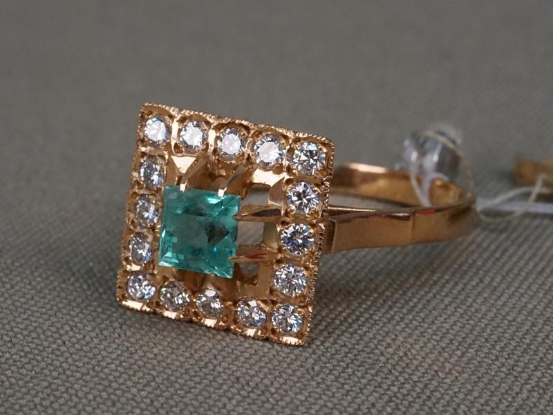 Кольцо, золото 583пробы, вставки: бриллианты (16бр кр570,452/4-5), изумруд (1из0,764/г2), общий вес— 4,89г. Размер кольца 19,5