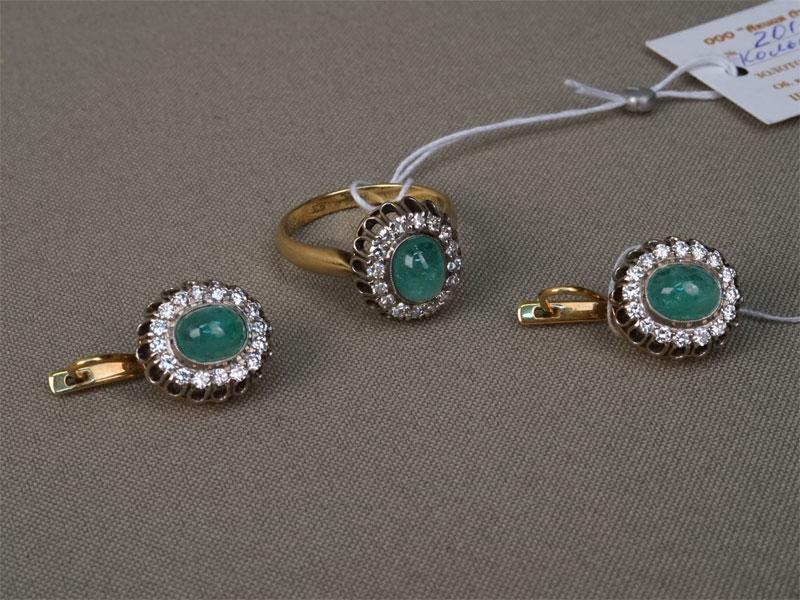 Комплект: серьги икольцо, золото 750пробы, общий вес— 16,50г. Вставки: бриллианты (32бр Кр57— 0,82ct 3-4/3-4; 16бр Кр17— 0,40ct 3/3); 3изумруда («Кабошон» — 4,20ct 4/К2) ,размер кольца 18.25.