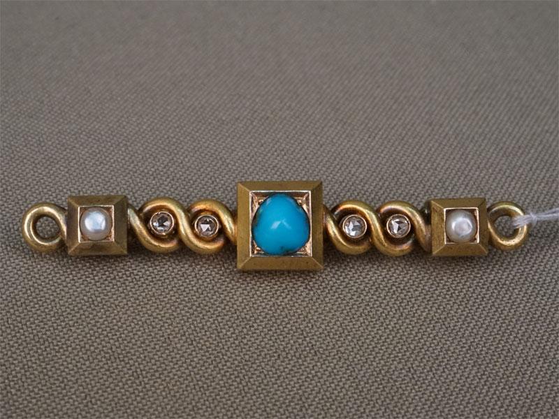 Брошь «Планка», золото 56пробы, вставки: бриллианты (4бр «роза»), бирюза природная, жемчуг природный, общий вес— 9,30г., мастер Оскар Пиль.