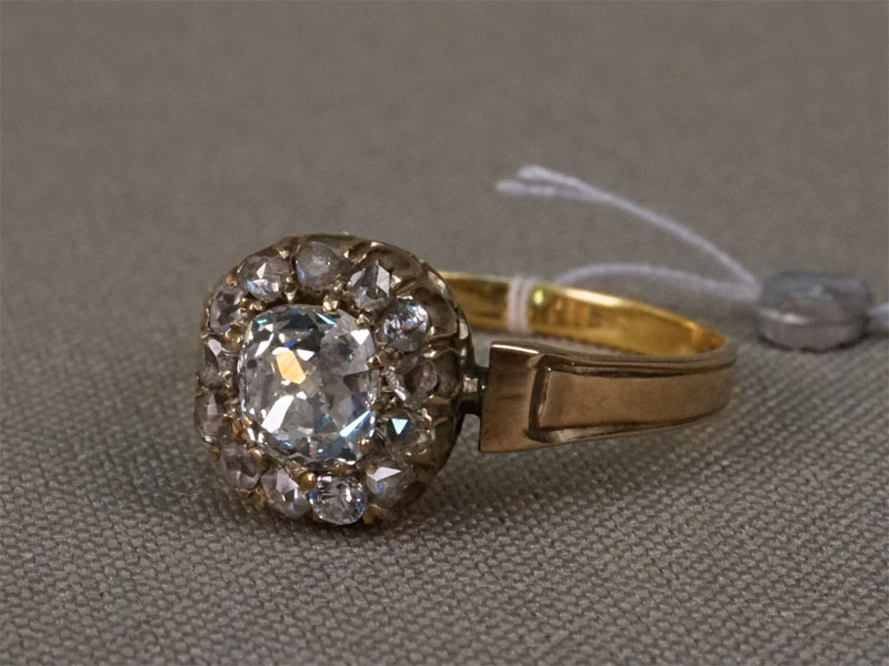 Кольцо, золото пореактиву, общий вес— 2,80г. Вставки: 1бриллиант («Старой» огр. — 0,92ct 7/7; 9бр «Роза»); 4фианита.Размер кольца 17,75.