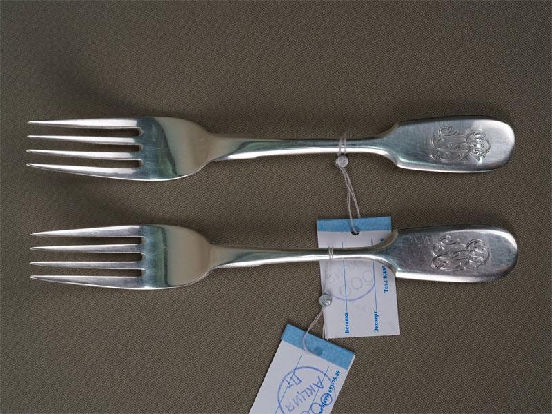 Пара десертных вилок, серебро 84пробы, общий вес— 90,52г., клеймо «Морозов»