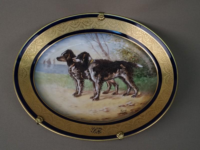Блюдо декоративное «Охотничьи собаки», фарфор, роспись, золочение. Франция, начало XXвека, 28,5×22,5см