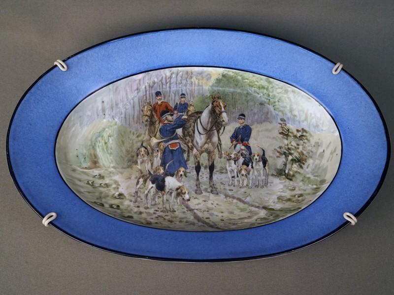 Блюдо декоративное «Охотники с собаками», фарфор, деколь. Западная Европа, начало XXвека, 37,5×25см