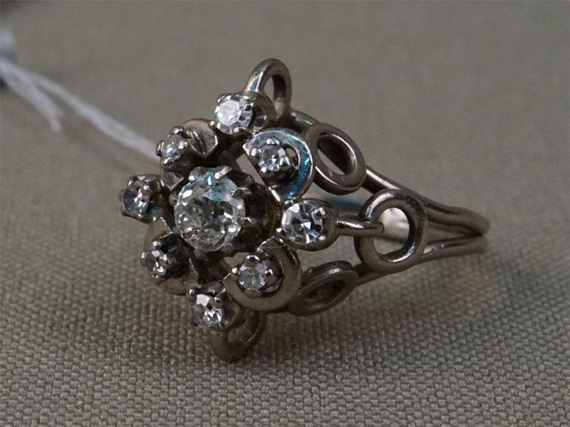 Кольцо, золото пореактиву(585), общий вес— 4,32г. Вставки: бриллианты (1бр «Старой» огр. — 0,27ct 4/6; 8бр «Старой» упр. огр. — 0,21ct 3/3). Размер кольца 14,25.
