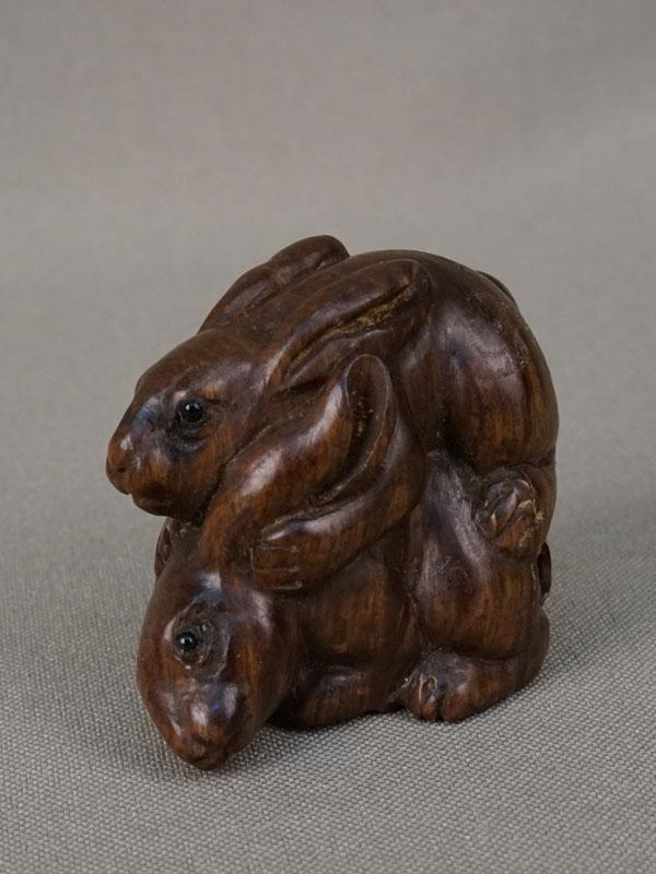 Нэцкэ «Кролики», дерево, резьба. Япония, середина XXвека, длина— 4,5см