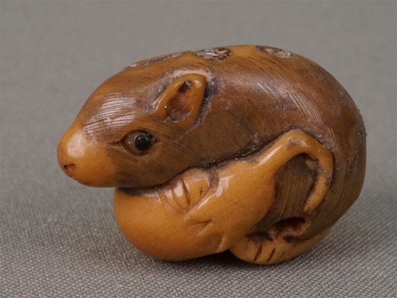 Нэцкэ «Крыса сплодом», кость, резьба. Япония, начало XXвека, длина— 3,5см