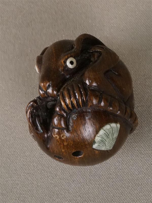 Нэцкэ «Свернувшаяся крыса», дерево, резьба. Япония, начало XXвека, длина— 4,5см