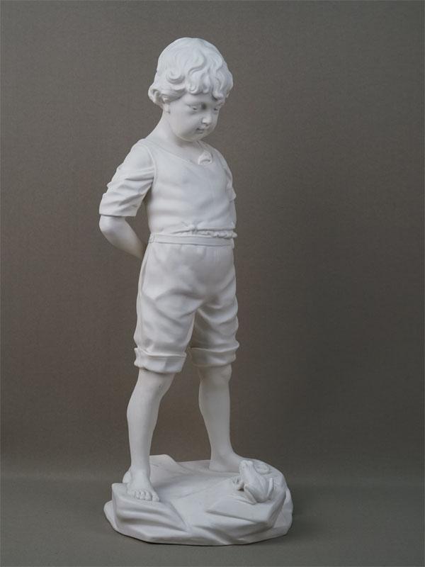 «Мальчик слягушкой», бисквит. Западная Европа, середина XXвека, высота— 48,5см (реставрация)