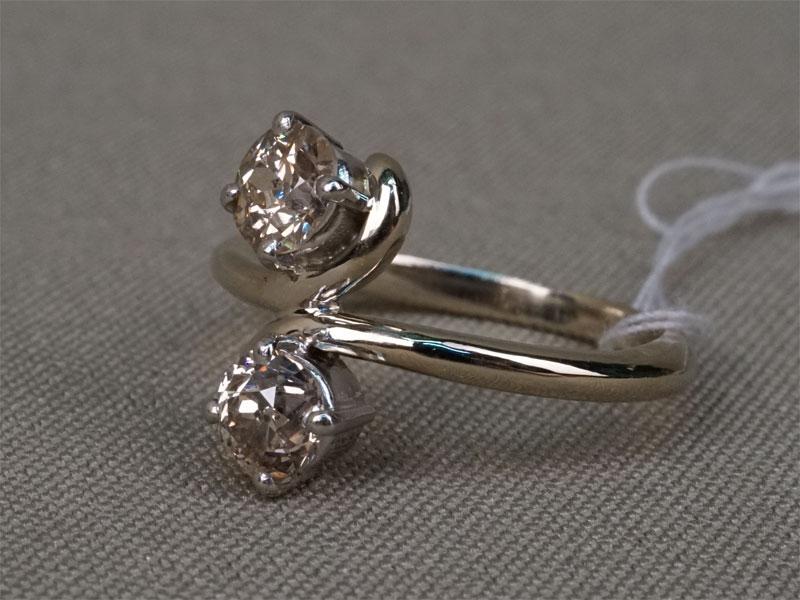 Кольцо, золото пореактиву, вставки: бриллианты (1бр «старой» огр. 0,579-2/8, 1бр «старой» огр. 0,689-2/8); общий вес— 4,79г.  Размер кольца 17,5.