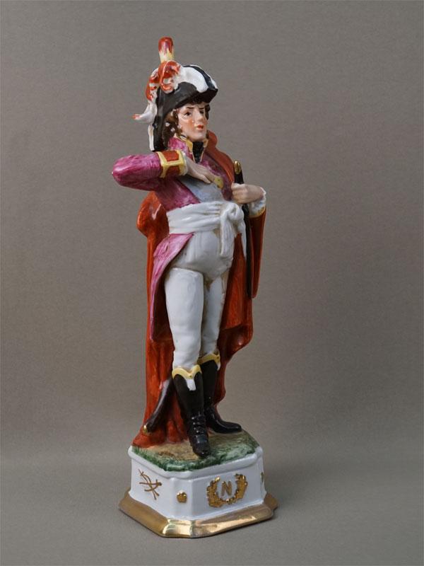 Скульптура «Офицер армии Наполеона 1812года», фарфор, роспись, золочение. Западная Европа, середина XXвека, высота— 32см