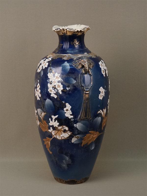 Ваза «Цветы сакуры», фаянс, роспись. Япония, Сацума, начало XXвека, высота— 40см