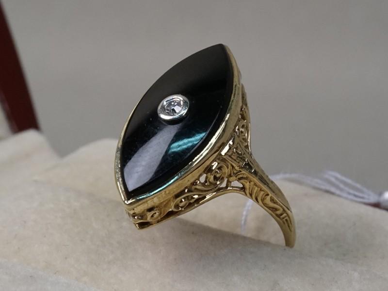 Кольцо, золото пореактиву, общий вес— 3,15г.  Вставки: 1бриллиант («Старой» упр. огр. 0,03ct 3/3); черный агат. Размер кольца 17.