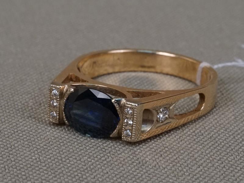 Кольцо, золото 585пробы, общий вес— 3,66г. Вставки: 8бриллиантов (Кр57— 0,08ct 4/5); 1сапфир («Овал» —  1,30ct 3/2). Размер кольца 17,5.