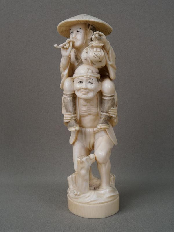 Окимоно «Два товарища», кость, резьба. Япония, конец XIX — начало XXвека, высота— 17,5см