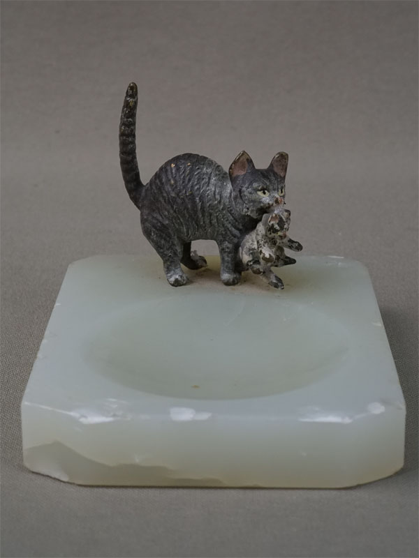 Лоток «Кошка скотенком», венская бронза, оникс, конец XIXвека, длина— 6см