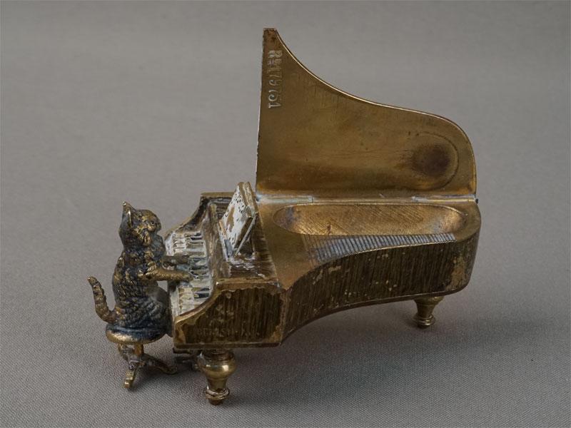 Спичечница «Кошка за роялем», венская бронза, конец XIXвека, длина— 10см