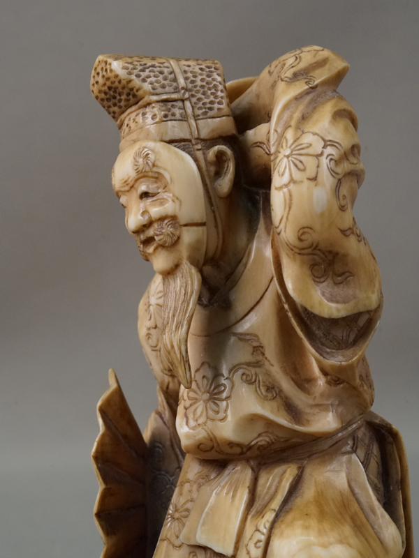 Окимоно «Танцующий актер театра Но», кость, резьба. Япония, конец XIX — начало XXвека, высота— 10см